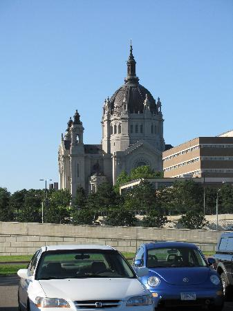 Best Western Plus Capitol Ridge: The basilica from the parking lot