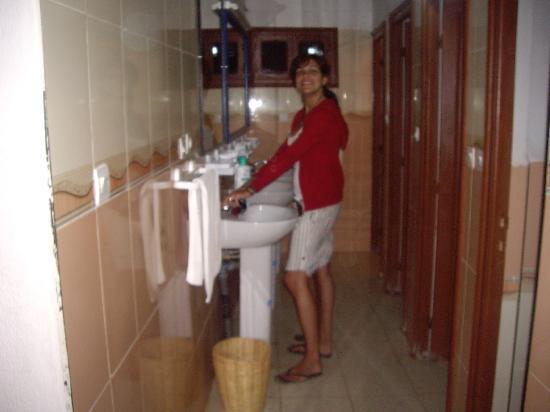 Ba os con duchas y agua caliente fotograf a de hotel for Ver banos con ducha