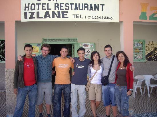 Hotel Izlane: Foto de nuestro grupo con Aziz (lo mejor del albergue)