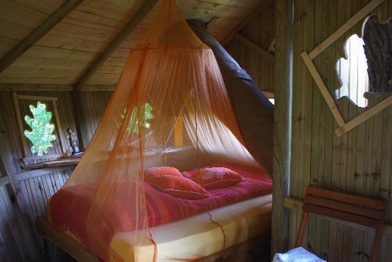 Les Cabanes du Bois Landry: notre petit lit douillet