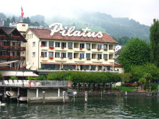 Pilatus Hotel: El hotel desde los barcos.