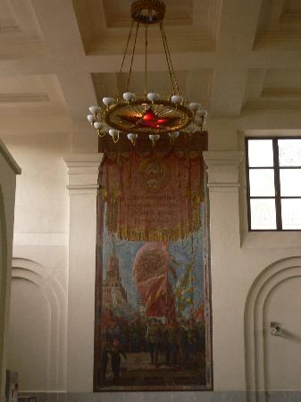 Moskovskiy Metropoliten: mosaics and chandeliers