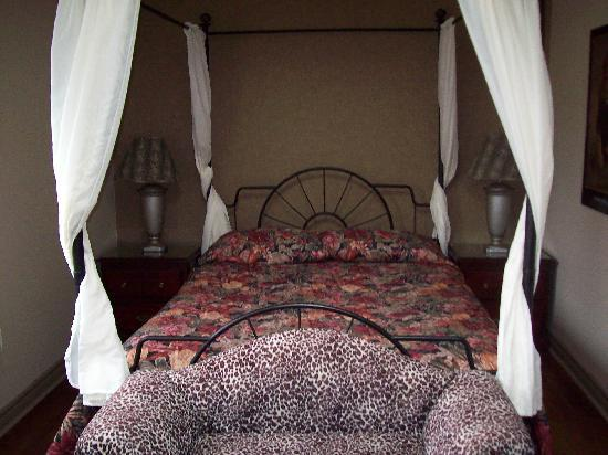 Falls Manor Resort and Restaurant: the bed