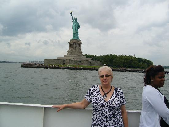 นิวยอร์กซิตี, นิวยอร์ก: Sailing past Statue Of Liberty