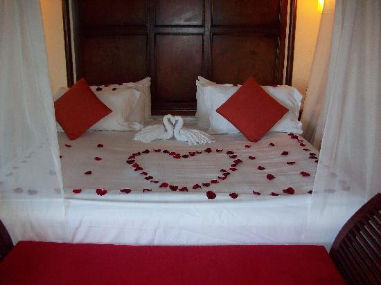 The Royal Playa del Carmen: Our bed upon arrival.