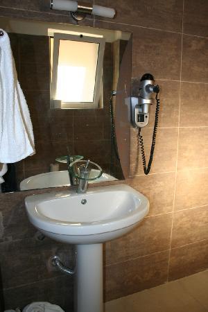Agios Georgios, Grecia: chambre famille, salle de douche...