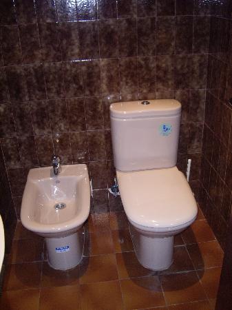 Pension Santa Gema: parte de un baño general, agua caliente constante