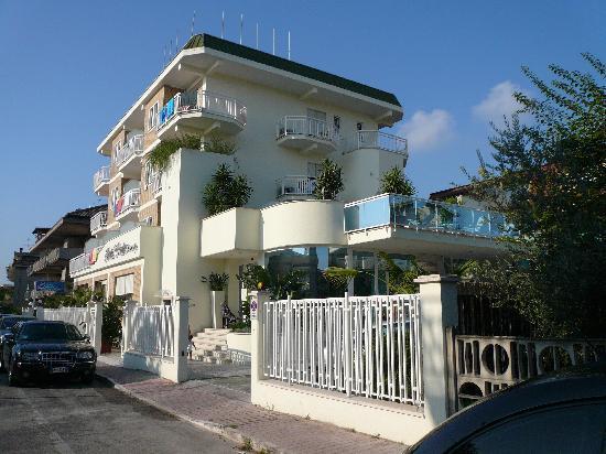Grottammare, Italie : L'albergo dalla strada