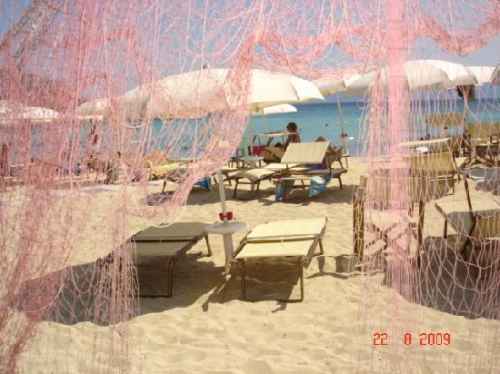 Hotel Resort & SPA Baia Caddinas: ...dal ristorante in spiaggia