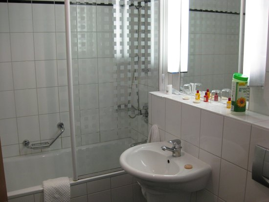 Aparion Apartments Berlin: bathroom #1 in large suite
