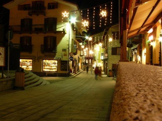 กูร์มาเยอร์, อิตาลี: Via Roma at night