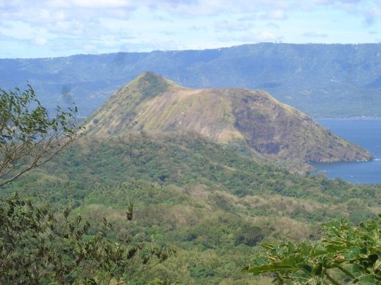 Tagaytay, Filipiny: On horseride up - looking over shoulder to part volcanic island, Taal Volcano, Cavite Province,