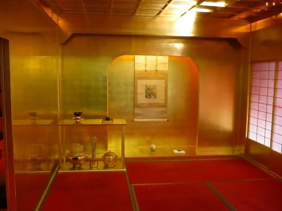 Канадзава, Япония: kinpaku (gold-leaf) factory in kanazawa. pretty cool - demonstration room.