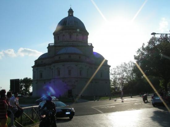 Il Tempio di Santa Maria della Consolazione si trova ai piedi di Todi. La sua origine si fa risa