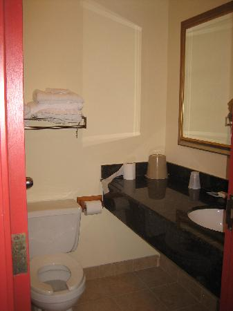 Knights Inn - Wilmington: bathroom
