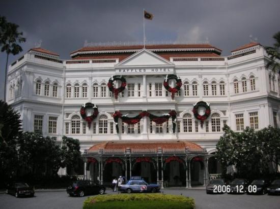 โรงแรมราฟเฟิลส์: The famous Raffles hotel (the home of the Singapore Sling!)