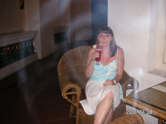 โรงแรมราฟเฟิลส์: Myself having a Singapore Sling in the Long bar- at Raffles where it the singapore sling was inv