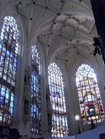 มหาวิหารเซนต์มิคาเอลและเซนต์กูดูลา: St. Michael's Cathedral Stunning Stained glass work