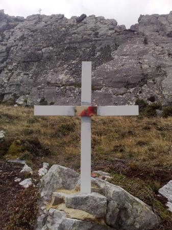 Stanley, Falklandsöarna: The spot where the body of Sgt Ian Mackay VC was found surrounded by dead Argies. He had single