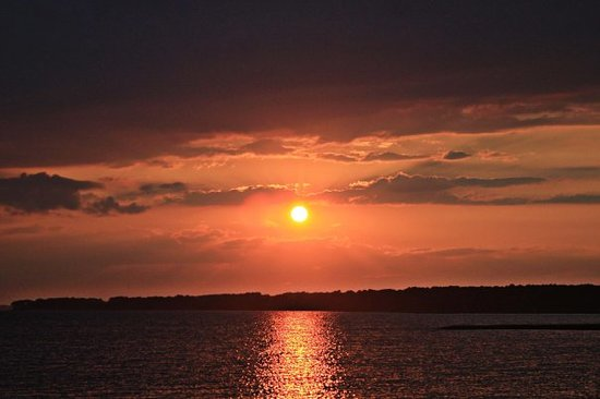 Pulau Chincoteague, VA: lovely sunset..i'm pretty sure about the equally lovely sunrise, it being an eastern shore