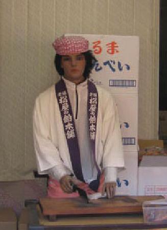 Kawasaki Daishi Heiken-ji Temple: マネキンが飴を切っている。。。