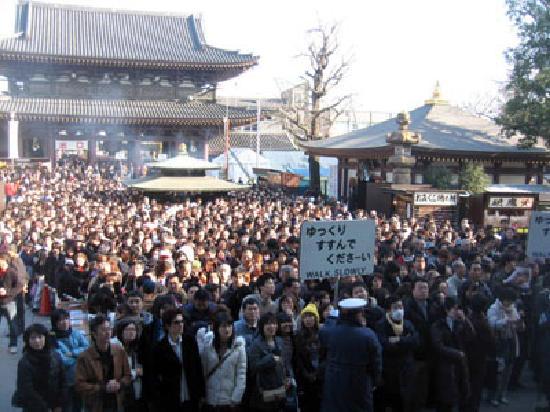 Kawasaki Daishi Heiken-ji Temple: プラカードには「ゆっくり すすんで くださーい」となぜか「-」が入ってる
