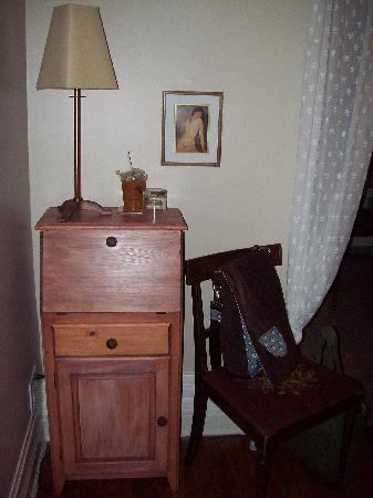 Lindsey's Bed and Breakfast for Women: Writing desk in the bedroom