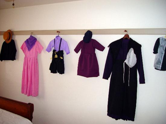 Musser's Historic Country Suites: One of the bedrooms decorated with Amish clothing samples