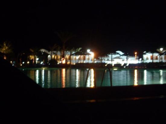 Coral Beach Resort Montazah: La piscina grande in notturna