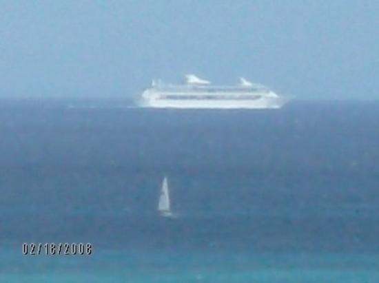 คริสเตียนสเต็ด, เซนต์ครอย: Cruise ship & Sail boat on Northeastern Shore