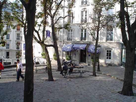 Timhotel Montmartre: La piazzetta dove si trova l'entrata