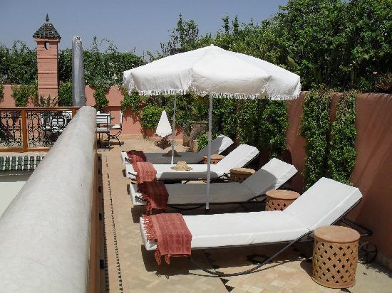 Riad Les Trois Palmiers El Bacha: Bains de soleil en terrasse avec la vue à 360° sur Marrakech