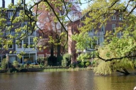 วอนเดลปาร์ค: vondelpark...a good portion of it was closed, but what we saw was beautiful...