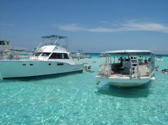 Sun Rays Tours: boats anchored at the stingray bar