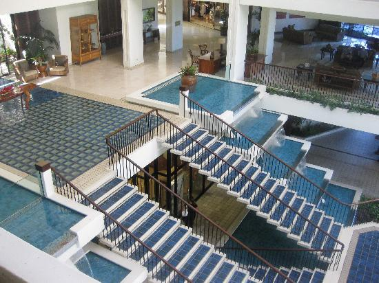Mauna Lani Bay Hotel & Bungalows: lobby area - only nice area...