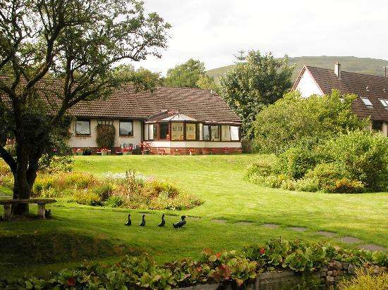 Glenshian Guesthouse: Giardino con area breakfast