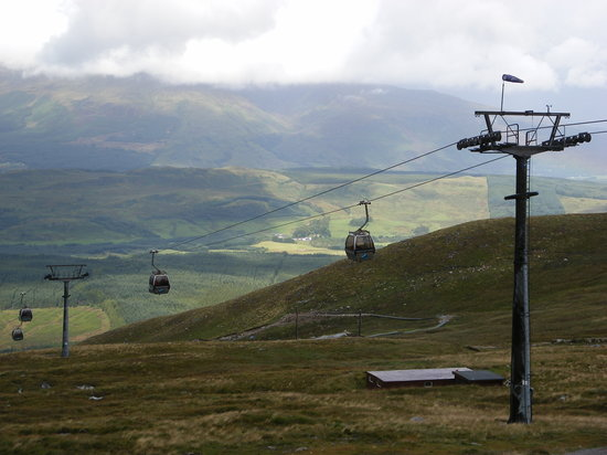 Torlundy, UK: Cable Cars going up the mountain range