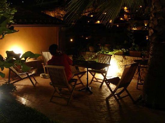 B & B Le Lumie: giardino nocturne