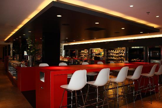 citizenM Amsterdam: bar/food area