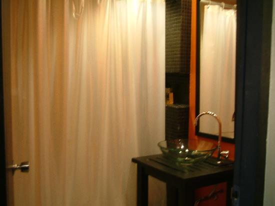 Miramar Hotel Bangkok: shower room