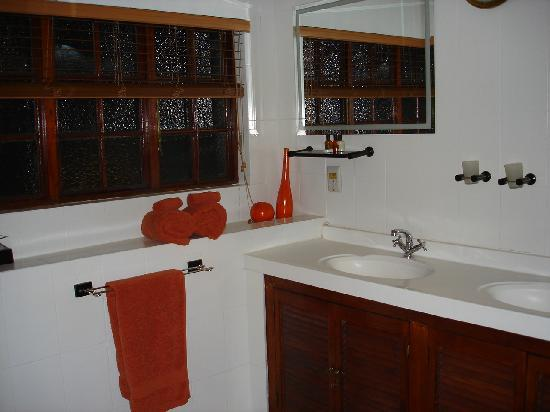 Outlook Lodge: nice appointed bathroom