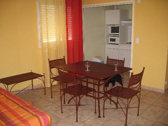 Hotel de Massane : Salon, cuisine