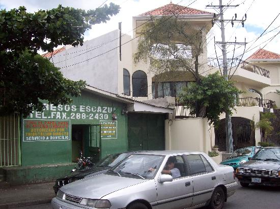 Hotel Beacon Escazu: The hotel from the street.