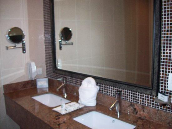The Royal Corin Thermal Water Spa & Resort: Well appointed bathroom.