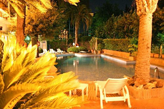 Grand Hotel Tamerici & Principe: La piscine de nuit.
