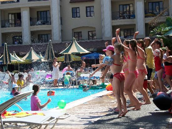 Club Alize: And crazy dances by and in the pool