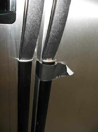 Raccoon Lakeside Lodge: Broken fridge handle