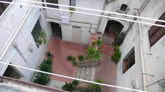 Fabio Apartments San Gimignano: View of courtyard from balcony