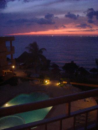 Playa Azul Golf Scuba Spa Hotel: Balcony sunset view at night