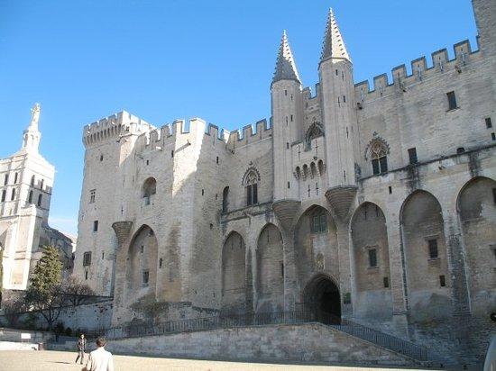 Avignon, Fransa: Le palais des papes, lieu principal de mon travail: forteresse gothique du 14e s., édifiée dans